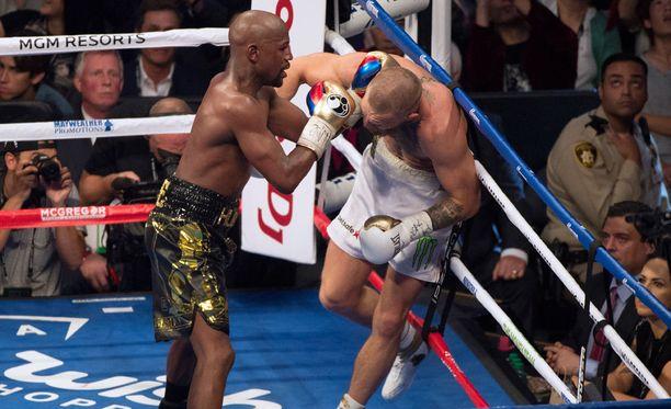Floyd Mayweather pehmitti Conor McGregorin lopulta melko vaisutasoisessa nyrkkeilyottelussa.