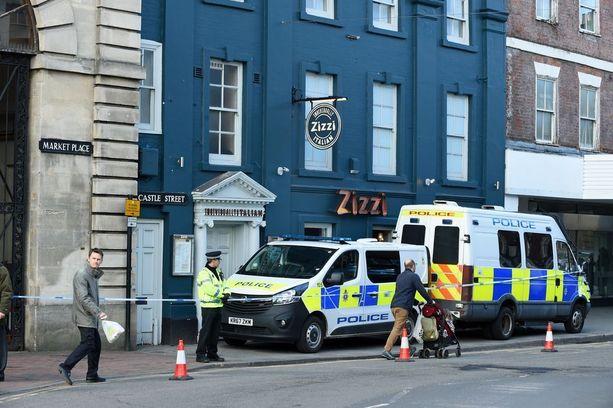 Tapahtumien keskipisteessä on Zizzi-ravintola Salisburysta. Isä ja tytär söivät siellä ennen kuin menettivät tajuntansa.