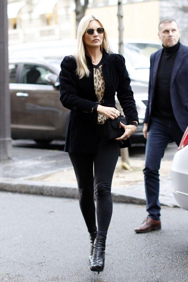 Mallilegenda Kate Moss rakastaa mustia pillifarkkuja ja leggingsejä, jotka hän yhdistää mielellään muhkeisiin vintage-turkiksiin. Tämä puhvihihainen samettibleiseri tuo kivaa tasapainoa kapealinjaiseen alaosaan.