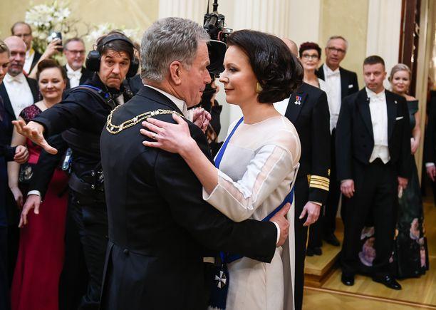 Tasavallan presidentti Sauli Niinistö ja puoliso Jenni Haukio tanssimassa Linnan juhlissa tänä vuonna. Aaro-poikaa ei juhlissa nähty.