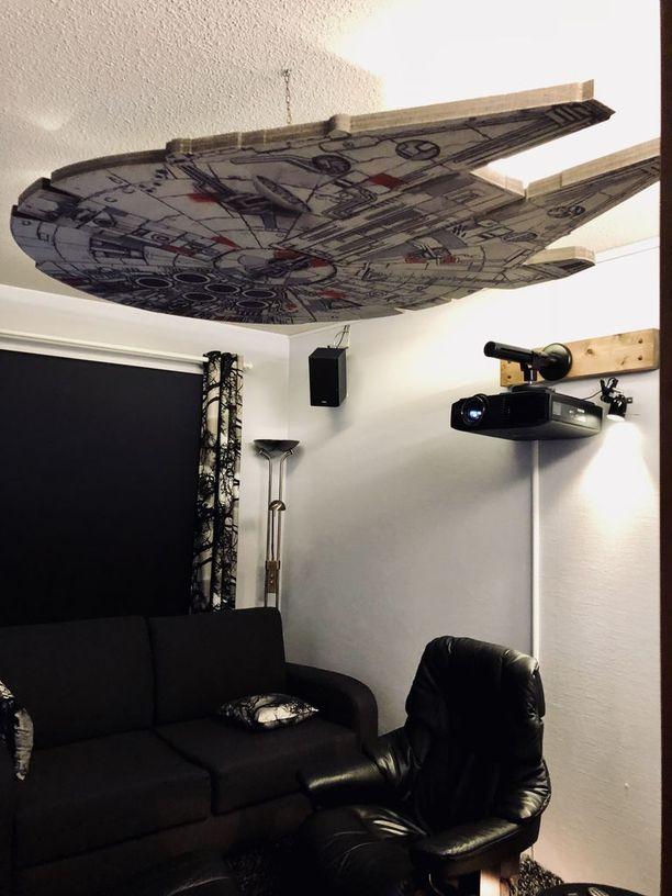 Levy on hiukan irti katosta ja valon avulla syntyy vaikutelma, että alus leijuu ilmassa.