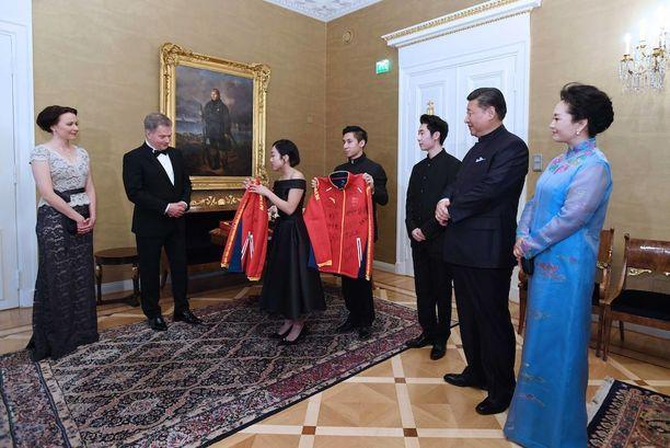 """Tasavallan presidentti Sauli Niinistö sanoi torstaina, että """"enemmän saadaan aikaan kuin otetaan asiat asiallisesti"""". Kuva torstain vierailusta."""