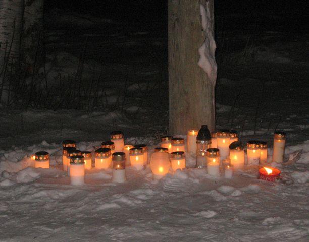 Lumijokeen Pohjois-Pohjanmaalla hukkuneen nelivuotiaan pojan muistoksi oltiin tuotu runsaasti kynttilöitä.
