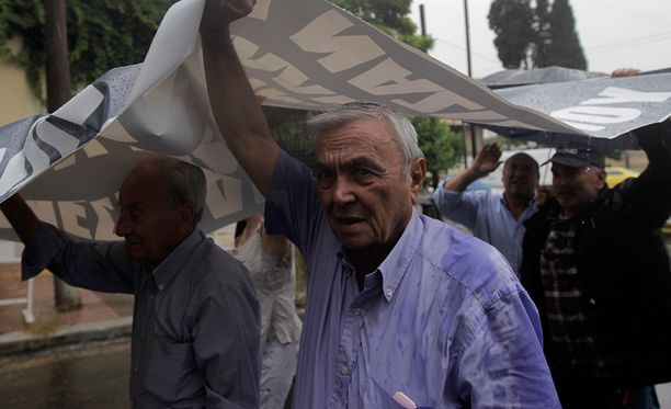 Eläkkeisiin kohdistuneita leikkauksia joudutaan perumaan Kreikassa.