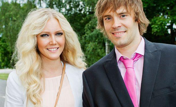 Essi Pöysti ja Ville Mäkäläinen menivät kihloihin.