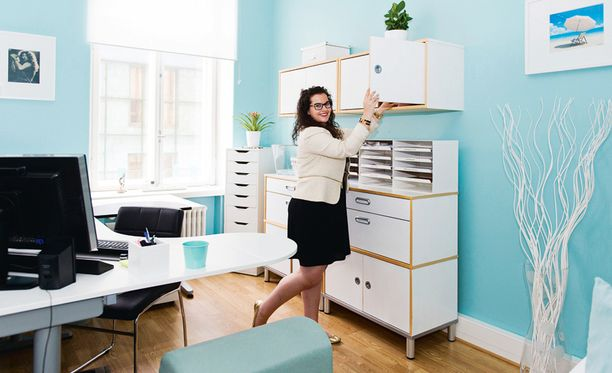 Kesäisin toimistossa työskentelevä Sabrina Klimscheffskij viihtyy valkoisen sijaan nykyään turkoosinsinisessä ympäristössä. Juuri hänen mielipiteensä perinteisestä toimistosisustuksesta polkaisi värileikin käyntiin toissa kesänä.