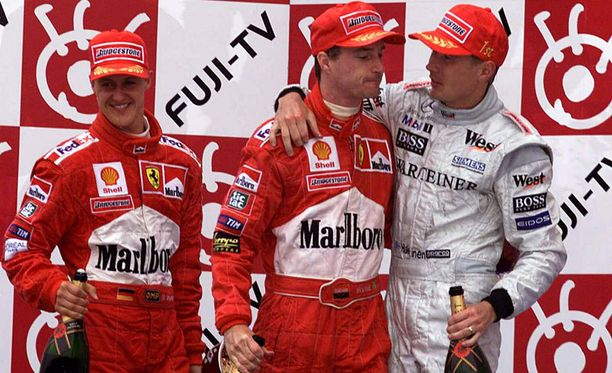 Japanin GP päättyi Häkkisen juhliin. Eddie Irvinen (kesk.) ainutkertainen mahdollisuus maailmanmestaruuteen pättyi pettymykseen. Michael Schumacher toimi loukkaantumisensa takia Irvinen kakkoskuskina loppukaudella.