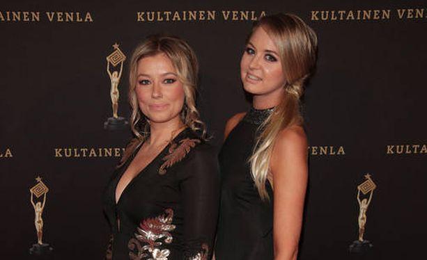Bachelor Suomen ensimmäisellä kaudella Jenny Helenius ja Satu Torsti tavoittelivat samaa miestä. Yhteisen miesmaun lisäksi ystävyksiä yhdistää myös samanlainen huumori. Kuva viime vuoden Venla-gaalasta.
