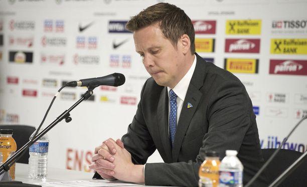 Lauri Marjamäki joutui usein istumaan lehdistötilaisuuksiin pää painuksissa. Kuva vuoden 2017 MM-kisoista.