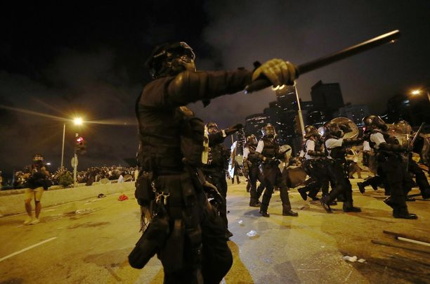 Mellakkapoliisi hajotti mielenosoituksen kyynelkaasulla ja pampuilla.
