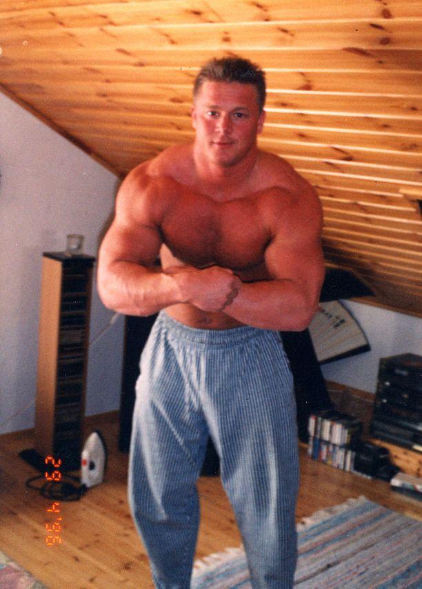 Tero Suomisen harrasti voimailua sata lasissa kahdeksan vuotta. Penkistä nousi parhaimmillaan 237,5 kiloa.