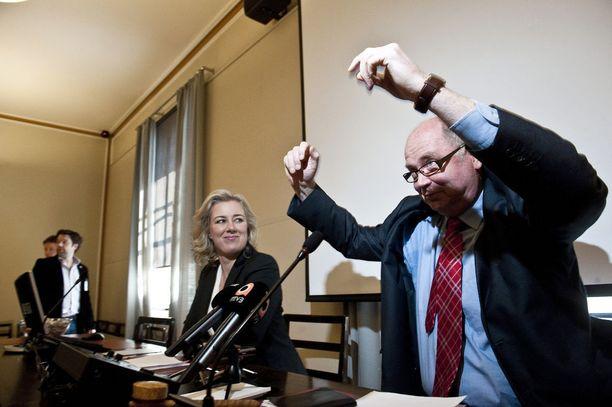 Pertti Rosilan mukaan kansanedustajat eivät olleet kehenkään puhemieheen niin tyytymättömiä kuin Eero Heinäluomaan. Kiitosta Rosila antaa Heinäluomalle erinomaisesta huumorista sekä älykkäästä tilanteentajusta.