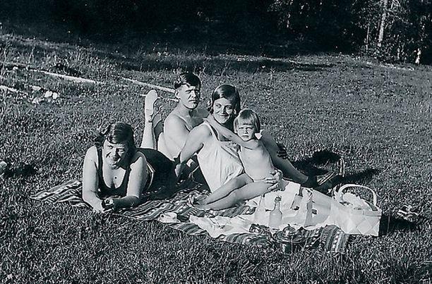 """– Kellokosken """"Riviera"""" oli ihana uimapaikka Keravanjoen rannalla. Kuvassa äiti, isä sekä setäni vaimo. Opin uimaan jo viisivuotiaana, ja uimisesta tuli intohimoni. Toimin myöhemmin myös uimaopettajana."""