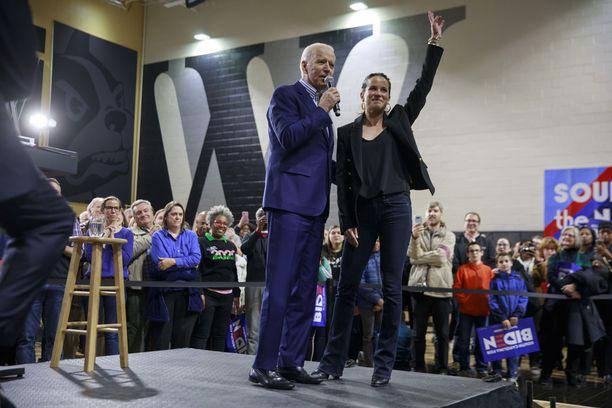 Ashley tuki isäänsä vaalikampanjassa.