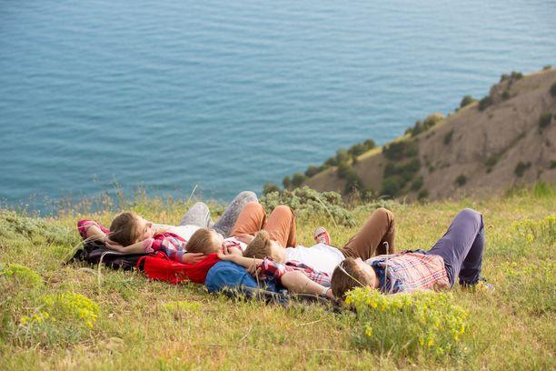 Lomalla kannattaa ottaa rennosti, eikä stressata turhia aikaeroon sopeutumisesta.