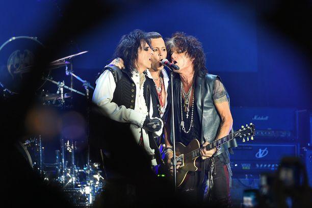 Hollywood Vampiresin kokoonpanoon kuuluu Deppin lisäksi Alice Cooper ja Aerosmithin kitaristina tunnettu Joe Perry.