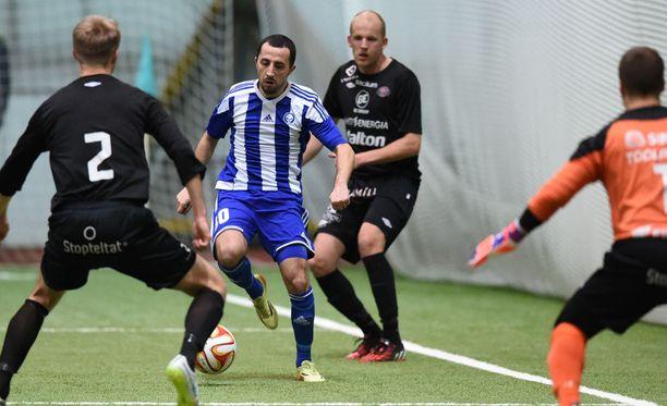 FC Lahden Petri Pasasella oli pitelemistä HJK:n Erfan Zenelissä.