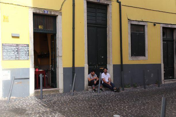 Paikalliset viettävät suurimman osan ajasta varjoissa katujen varsilla.