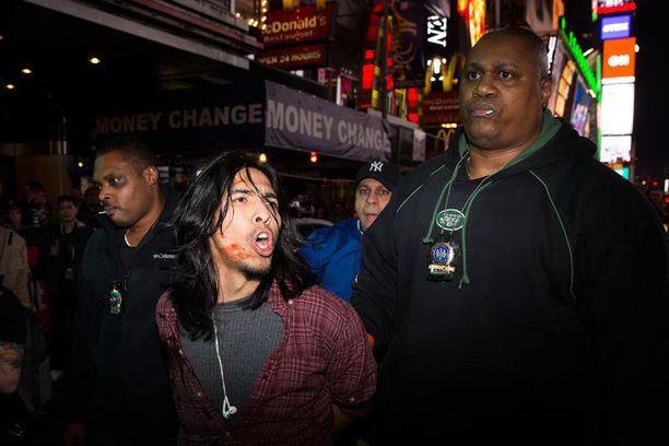 Mielenosoittaja pidätettiin Times Squarella. Häntä syytettiin tekoveren ruiskuttamisesta poliisin päälle.