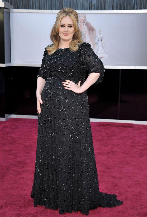 Punaisella matolla Adele luotti mustaan ja aiemmista gaaloista tuttuun tyyliin.