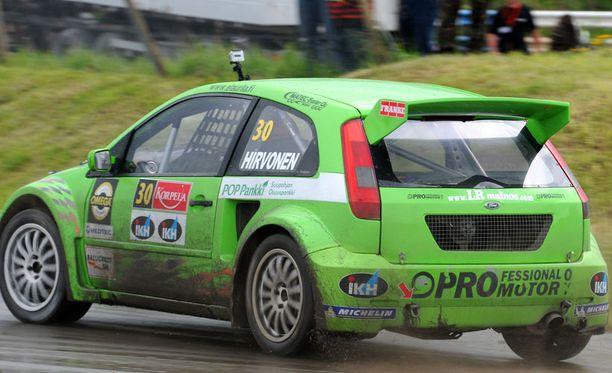 Mika Salo tykittää kuvan Ford Fiestaa 7.8. Ylämyllyllä kauden neljännessä rallyrossin SM – osakilpailussa. Kuvassa autoa ajaa ralliautoilija Mikko Hirvonen.