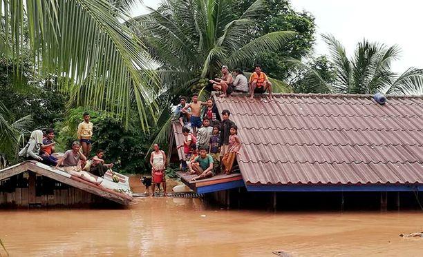 Laosin massiiviset tulvat ovat ajaneet paikalliset katoilleen odottamaan pelastusjoukkojen saapumista.