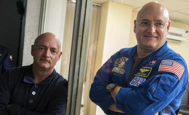 Scott Kellyn (oik.) DNA:n muuttumista tutkittiin vertaamalla sitä hänen identtisen kaksoisveljensä Mark Kellyn (vas.) DNA:han.