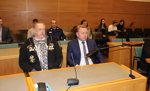 46-vuotias mies tuomittiin aiemmin murhasta, nyt hänet vapautettiin. Syytetty mies oikeuden istunnossa tämän vuoden helmikuussa, miehen vierellä asianajaja Tero Lakka.