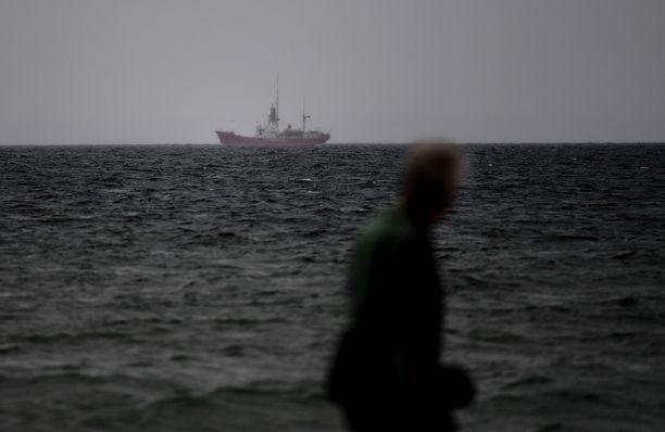 Suomen lipun alla seilaavaa alusta epäillään kalastusmääräysten rikkomisesta Itämerellä. Kuvituskuva.