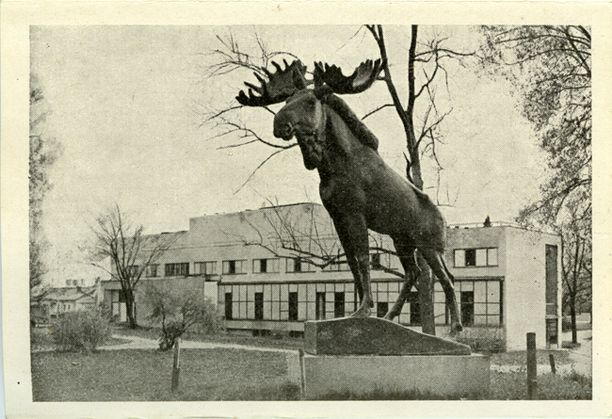 Kuva Torkkelinpuistosta vuodelta 1942. Kuvassa etualalla Jussi Mäntysen vuonna 1928 valmistunut Hirvi-patsas.
