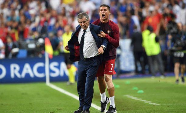Fernando Santos ja Cristiano Ronaldo olivat kuin paita ja peppu jännittäessään EM-finaalin viimeisiä hetkiä.