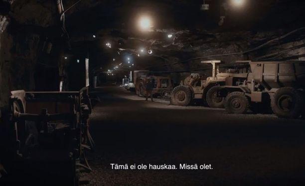 Videolla thaimaalaispoika näyttää eksyvän kaivokseen.