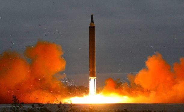 Pohjois-Korean valtionmedian julkaisema kuva ballistisen ohjuksen laukaisusta viime vuoden elokuulta.