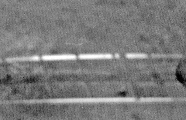 Ohuet metallilangat näkyvät aina jostain kulmasta ja tietyllä valaistuksella kuljettajan silmiin, vaikka ne eivät näkyvyyttä varsinaisesti haittaa. Tässä suurennetussa kuvassa voi ainakin hyvällä tahdolla nähdä aaltoilevia vastuslankoja.
