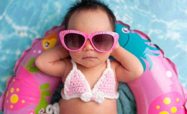 Vauvat hyötyvät autralialaiskylpylän mukaan monin tavoin kellumisesta. Kuvituskuva.