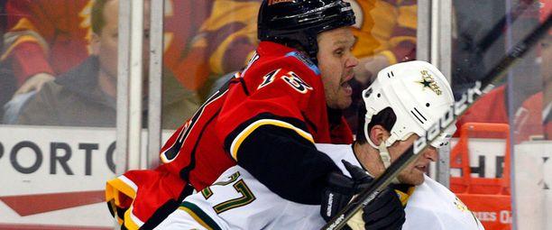 Olli Jokinen hyppäsi taannoisessa NHL-pelissä Dallasin Adam Pardyn reppuselkään.