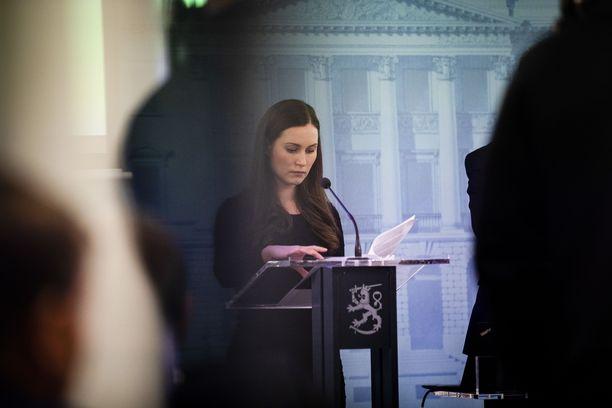 Pääministeri Sanna Marinin (sd) mukaan hallituksen tavoitteena on estää koronavirusta leviämästä.