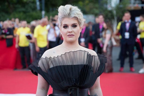 Laulaja Kelly Osbourne osallistui Life Ball -hyvänteväisyystapahtumaan Itävallassa kesäkuussa 2018. Tuolloin nainen viihtyi vielä blondina. Nykyään Kellyn tavaramerkiksi on muodostunut violetti tukka.