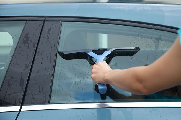 Kuivauslastalla saat kiinni suurimman osan huuhteluvedestä. Kuivaa lastalla ainakin katto, konepelti ja ikkunat.
