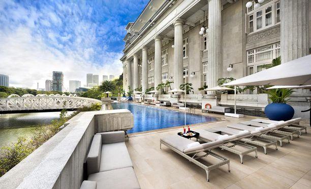 Hotellirakennuksessa oli alunperin muun muassa pörssi, ministeriöitä ja kuuluisa Singapore Club. Rakennus valmistui vuonna 1928.