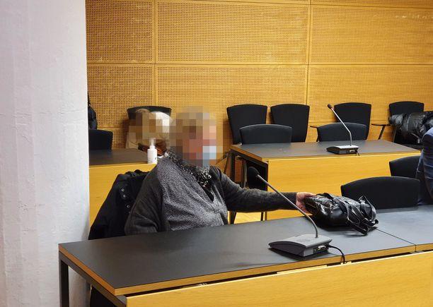 58-vuotias hoitaja saapui oikeuteen kyynärsauvojen kanssa. Hoitaja kuvassa etualalla vasemmalla.