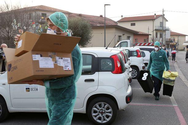 Ihmiset pitivät hengityssuojaimia kulkiessaan suljetun koulun edustalla Vo' Euganeossa Padovassa sunnuntaina. Italiassa on todettu yli 150 koronavirustartuntaa.