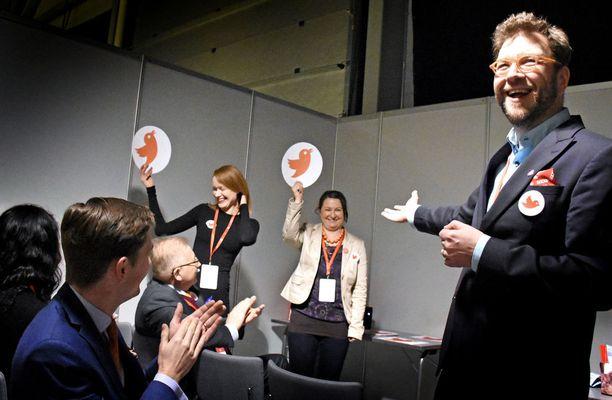Puheenjohtajaehdokas Timo Harakka kiitti ja kannusti tukijoitaan vielä puoluekokouspaikalla Lahdessa.
