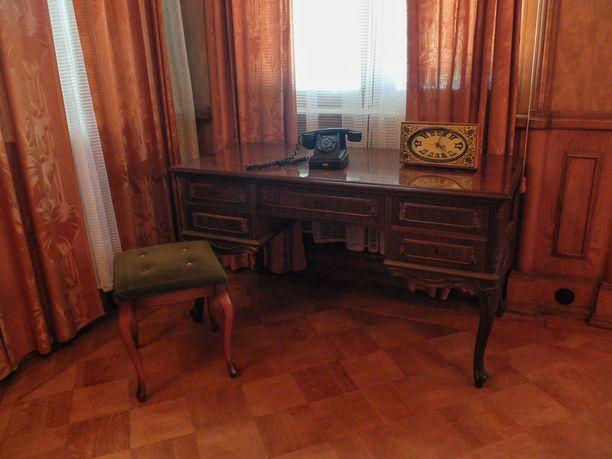 Stalinin loma-asunnollakin oli kirjoituspöytä ja puhelin työntekoa varten.
