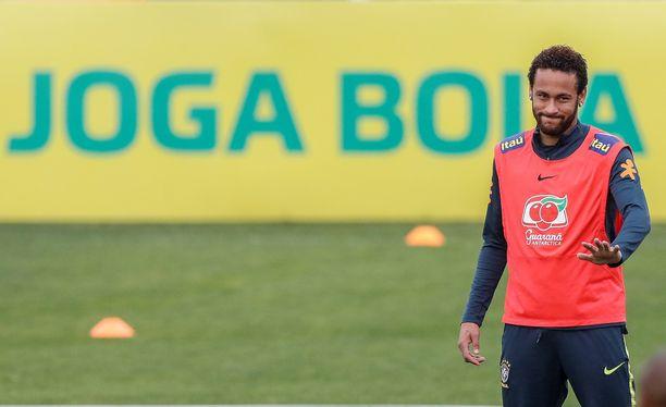 Neymar osallistui eilen Brasilian maajoukkueen harjoituksiin Teresópolisin kaupungissa, jossa maan jalkapalloliiton harjoituskeskus sijaitsee.