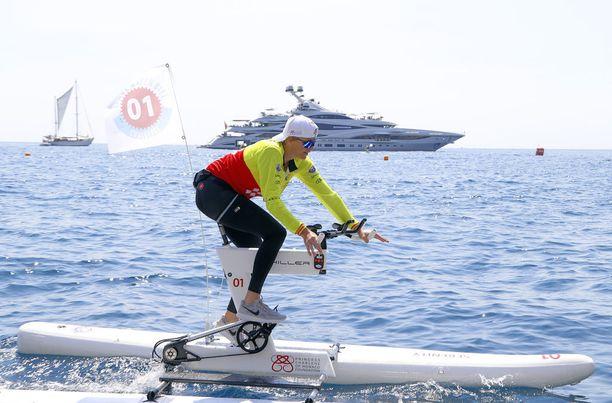 Charlene edusti värikkäässä urheiluasussa ja lippiksessä, sillä hän osallistui vesipyöräkisaan. Myös Albert nähtiin vekottimen päällä.