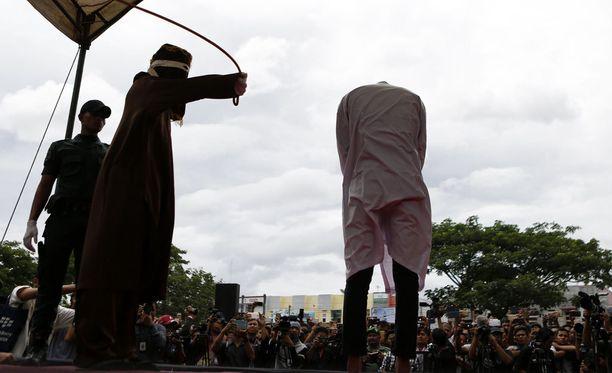 Indonesian Acehin maakunnassa tuomittiin ensimmäistä kertaa raipaniskuilla homomiehet.