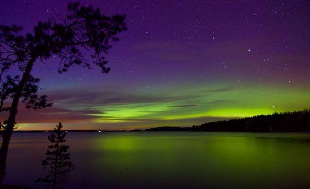 Lukija onnistui ikuistumaan upean revontulinäyn Tampereen Teiskossa perjantai-iltana kello yhdeksän aikaan.