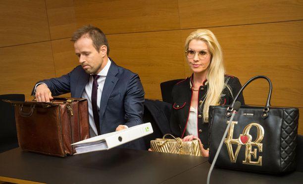 Danita saapui oikeuskäsittelyyn kahden merkkilaukun kera.