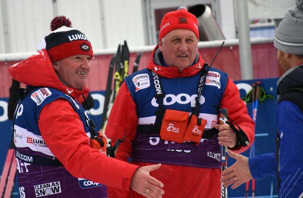 Saksalainen Markus Cramer (vas.) toimii venäläishiihtäjien valmentajana. Hän sai keskiviikkona kollegoiltaan onnitteluita huippumenestyksestä. Cramerin vieressä on muun muassa Aleksander Bolshunovin luotsina toimiva Juri Borodavko.